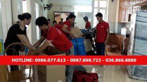 Nhân viên đóng gói đồ cẩn thận và chuyên nghiệp